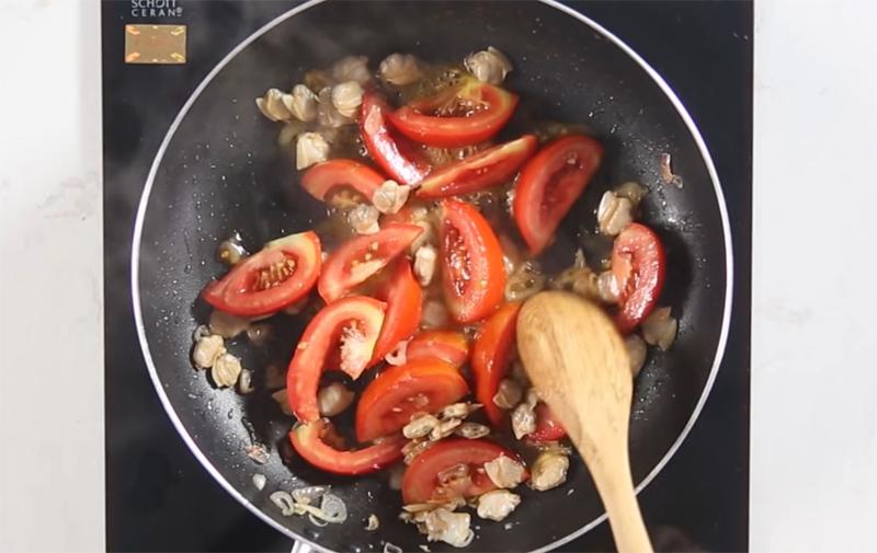 Xào ngao với cà chua