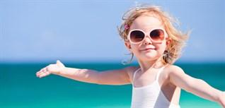 Mẹo khuyến khích trẻ đeo kính mát và không làm mất kính