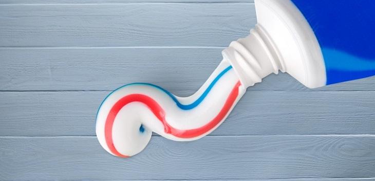Loại bỏ vết trầy xước nhỏ bằng kem đánh răng