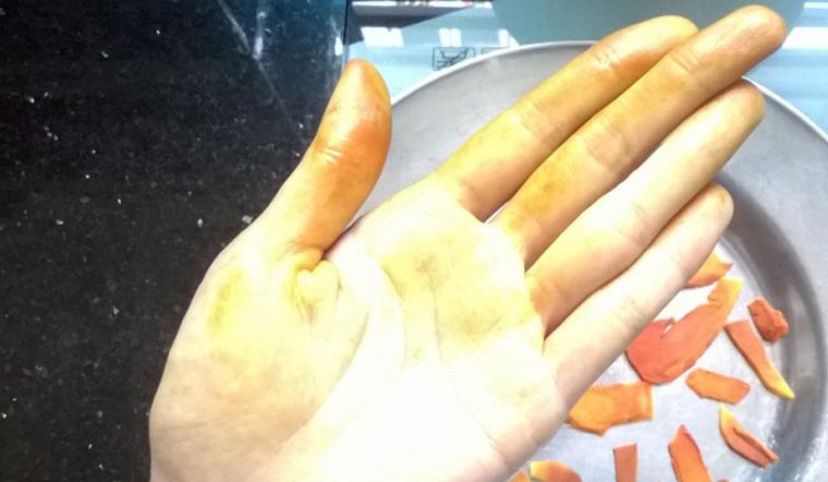Nghệ dính đầy trên da, chỉ với quả chanh bạn có thể tẩy sạch chúng