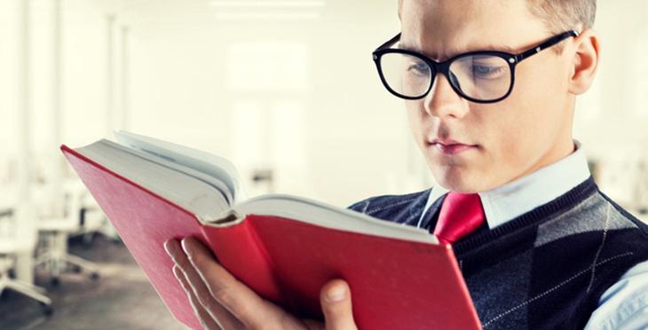 đọc sách ở khoảng cách thích hợp