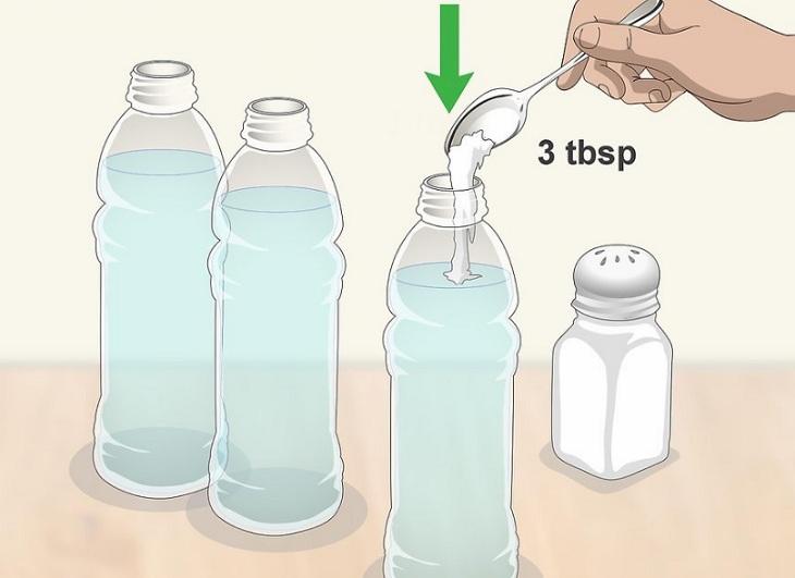 đổ muối vào chai nước