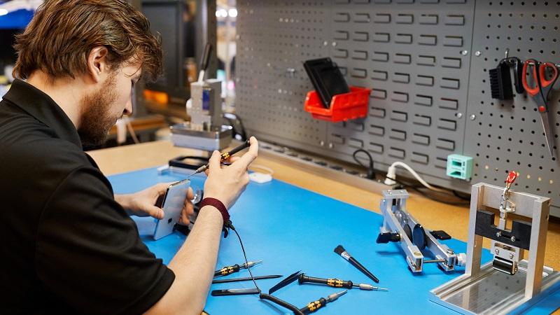 Apple cho phép các cửa hàng di động sửa chữa iPhone hết bảo hành