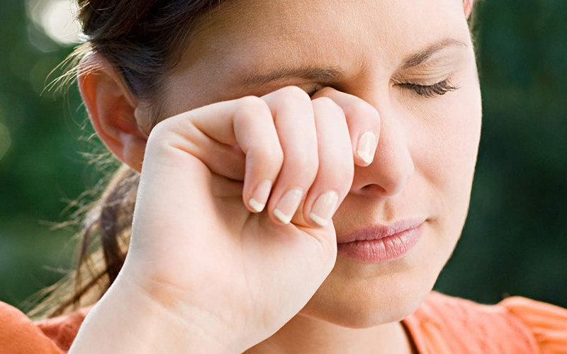Bản năng đầu tiên của mọi người khi bụi bay vào mắt hầu hết là dụi mắt hoặc ấn vào mắt