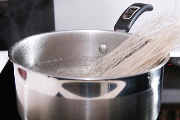 Bước 2 Trụng miến và nấu măng Miến ngan trộn chua ngọt
