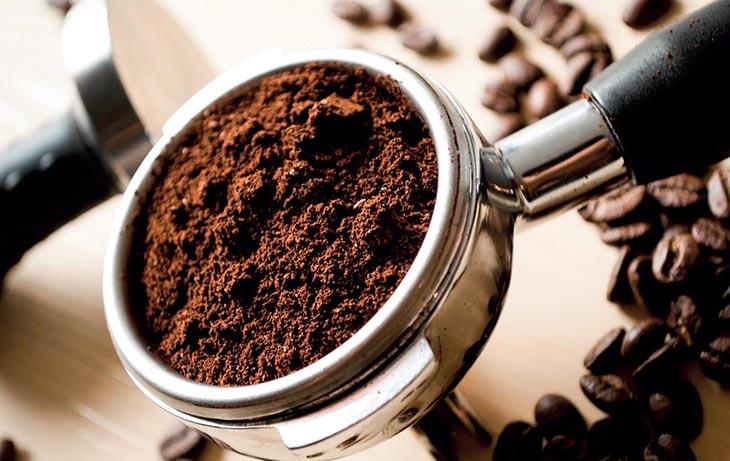 Cho bột cà phê vào tay cầm