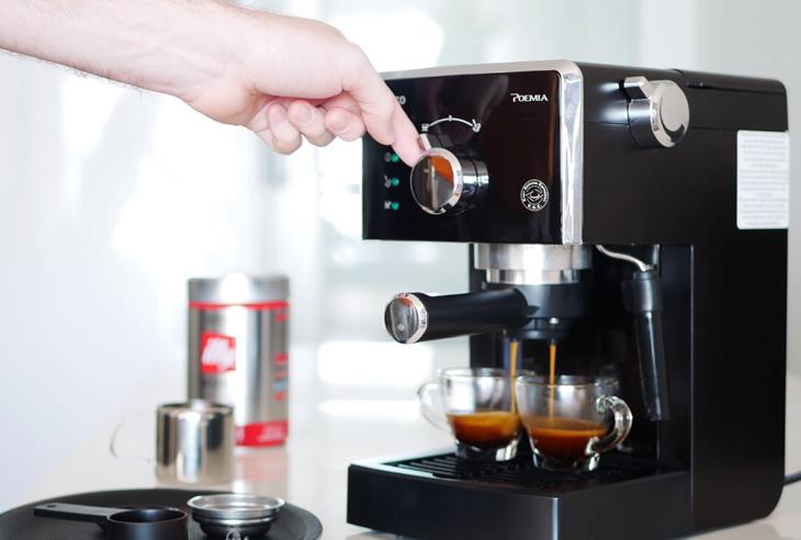 Pha thử cà phê để kiểm tra chất lượng