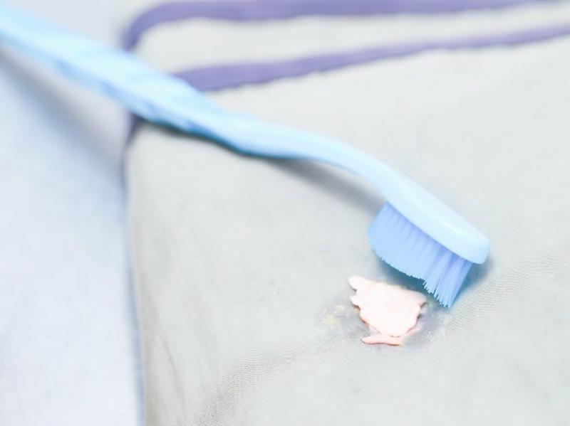 Tẩy kẹo cao su dính trên quần áo bằng nước giặt