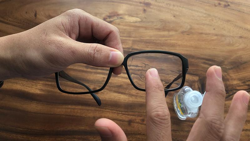 Lau sạch vết mờ trên mắt kính bằng nước rửa tay