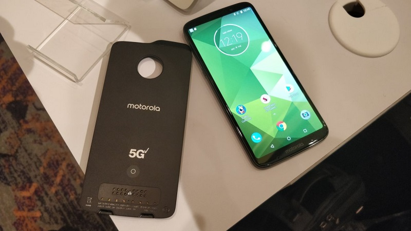 Ảnh minh họa Moto Z3 và phụ kiện Moto Mod 5G