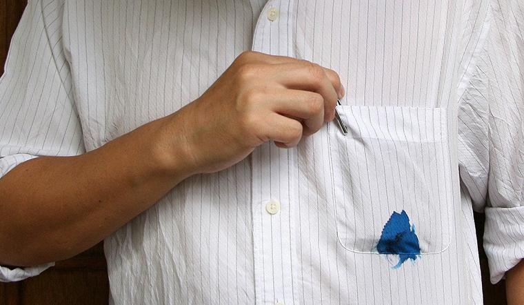 Tẩy sạch vết mực bút bi trên quần áo bằng kem đánh răng