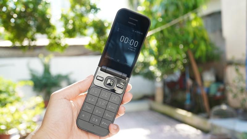 Mở bán 'huyền thoại' nắp gập Nokia 2720 Flip, giá dưới 2 triệu - ảnh 1