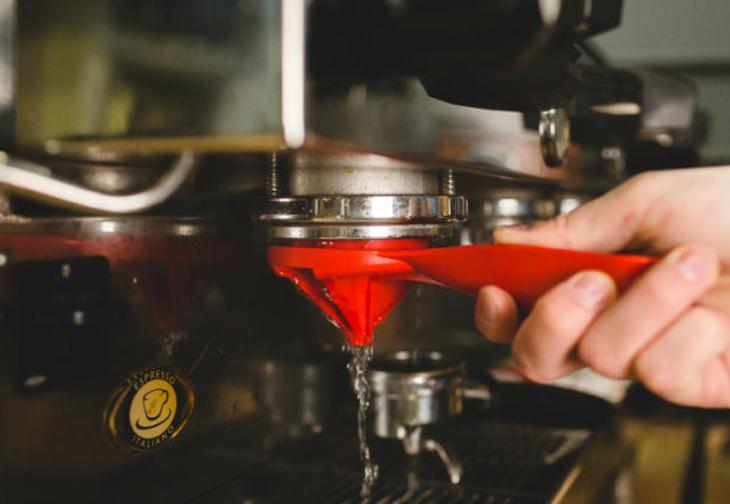 Xả nước để làm sạch Headgroup của máy pha cà phê