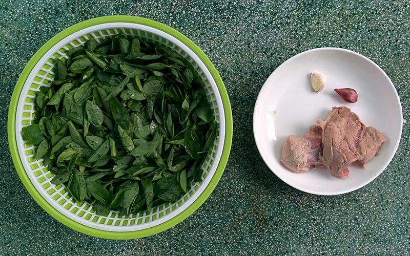 Canh rau ngót nấu thịt thơm ngọt giúp bé ăn ngon