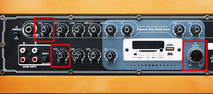 Các nút chỉnh âm lượng tổng thể trên bảng điều khiển loa kéo