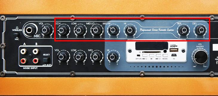 Các nút chỉnh âm thanh micro trên bảng điều khiển loa kéo