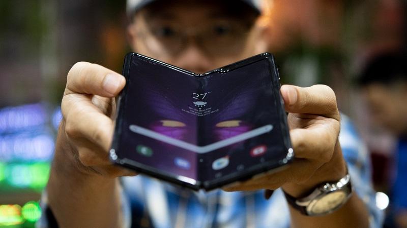 Cận cảnh smartphone màn hình gập Galaxy Fold tại Việt Nam