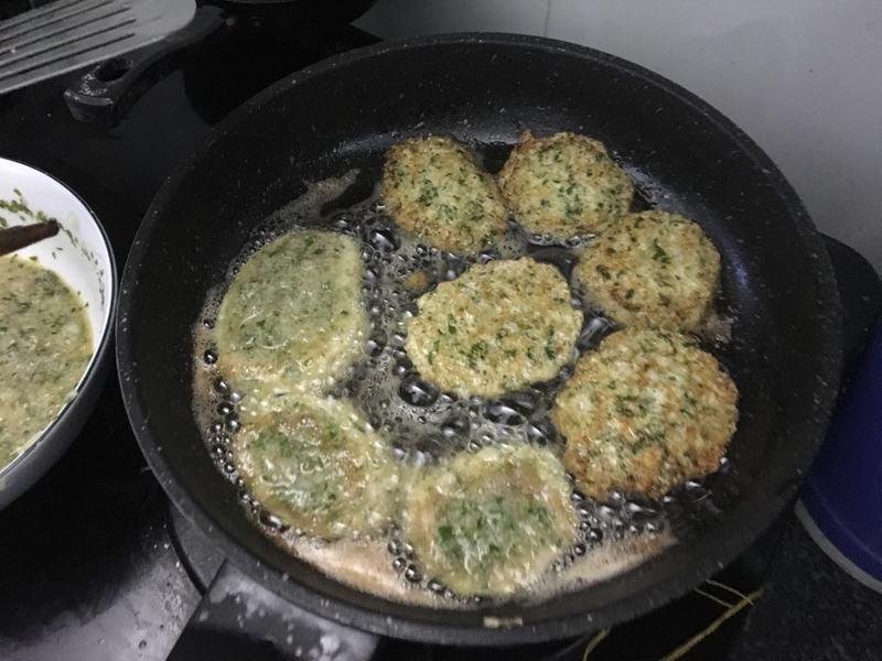 Cùng vào bếp nấu món trứng cá chép chiên thơm ngon, bổ dưỡng