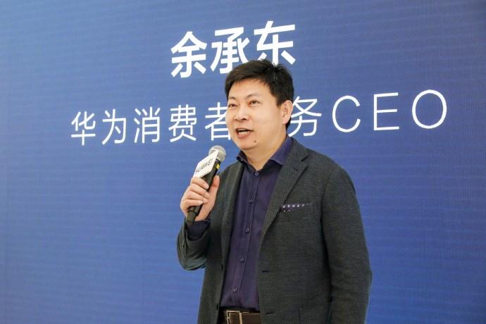 CEO Yu Chengdong tại buổi khai trương cửa hàng hàng đầu đầu tiên tại Thâm Quyến
