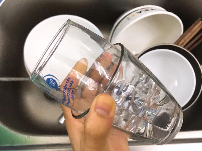 Mẹo gỡ 2 chiếc ly thuỷ tinh dính vào nhau vô cùng đơn giản