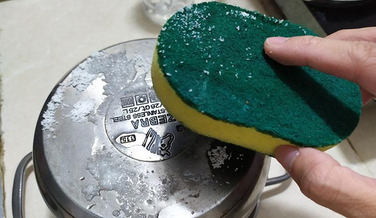 Chỉ hai thứ có sẵn trong bếp bạn có thể tẩy sạch vết ố trên đáy nồi