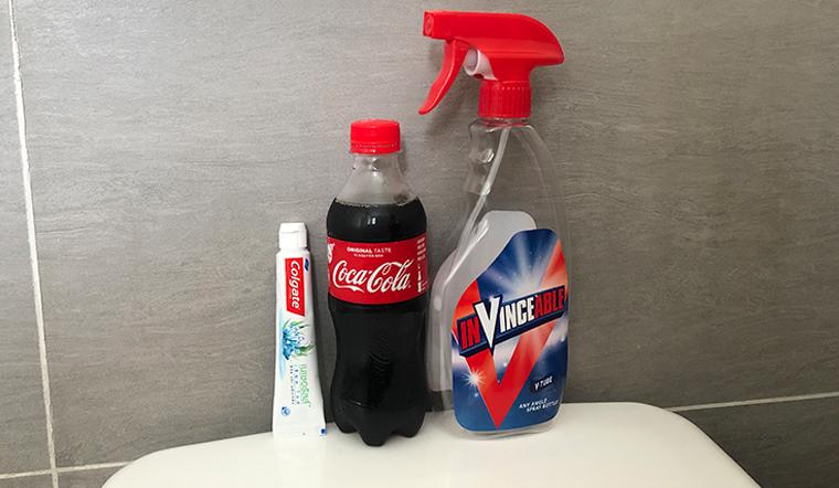 Không cần dùng nước tẩy hoá chất, chỉ cần kết hợp 2 thứ này để làm sạch nền gạch vô cung hiệu quả