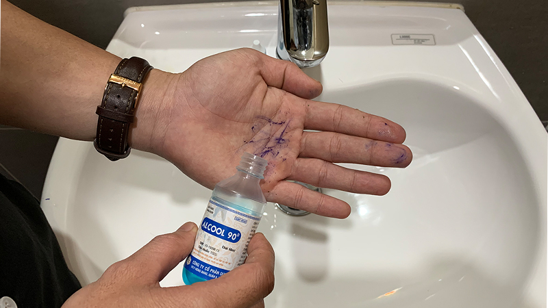 Cách tẩy vết mực trên tay