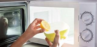 3 cách vệ sinh lò vi sóng sạch bóng trong 10 phút bằng hơi nước và nguyên liệu tự nhiên