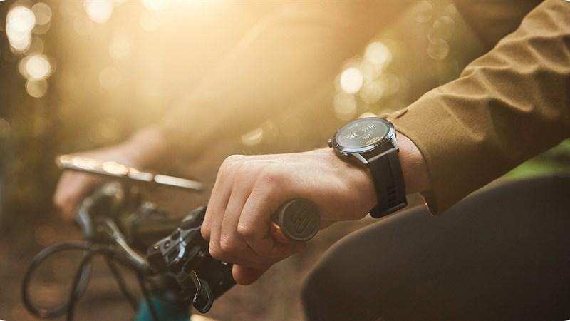 Huawei Watch GT2 ngoài trời cùng xe đạp