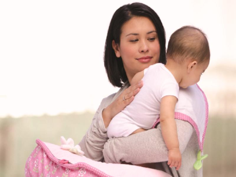 Cách bế bé sơ sinh đúng chuẩn, để xương sống bé không bị cong vẹo
