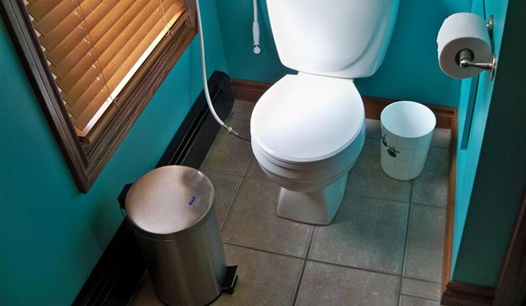 Những thói quen khiến nhà vệ sinh mau chóng bóc mùi