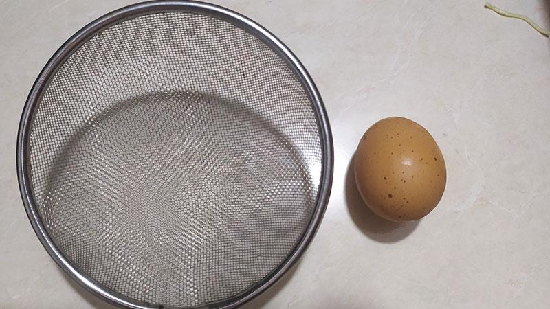Không cần vật dụng chuyên nghiệp bạn vẫn có thể tách lòng đỏ trứng cực dễ dàng
