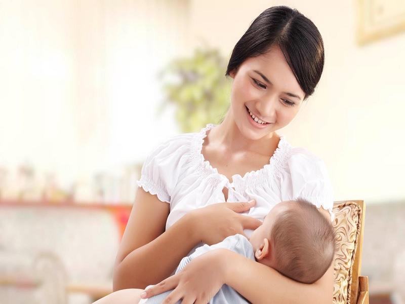 Các tư thế và cách cho bé bú sữa mẹ giúp bé không bị sặc