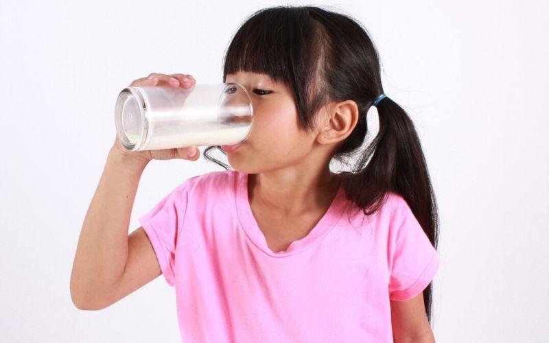 Khi nào cho bé uống sữa tươi? Uống bao nhiêu là đủ?
