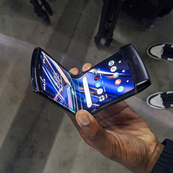 Thao tác mở màn hình gập trên Motorola Razr 2019