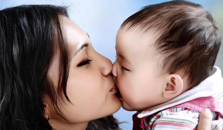 Thói quen để người lạ nựng và hôn trẻ gây hại đến bé như thế nào?