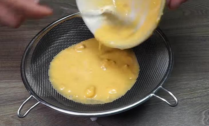 Bước 2 Làm nước sốt trứng muối Bò nướng sốt trứng muối