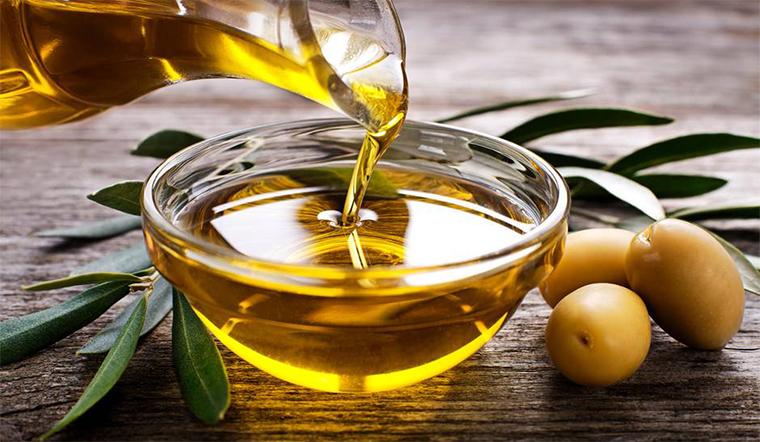 Cách tẩy trang bằng dầu olive hiệu qủa không kém mỹ phẩm cao cấp