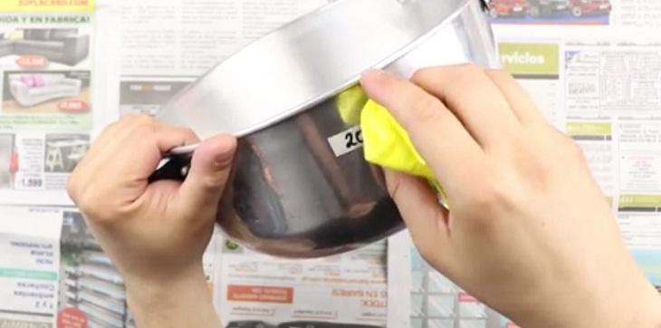dùng vải thấm dầu để lau lớp keo dính trên bề mặt