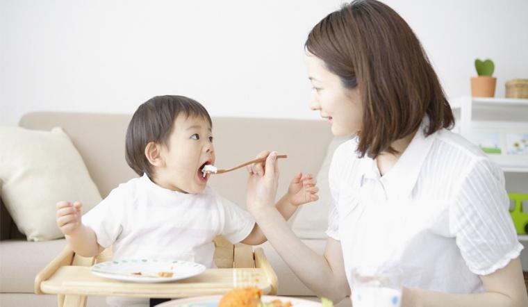 Ngậm cháo cho bớt nóng rồi mớm cho bé ăn, nguy hại không tưởng