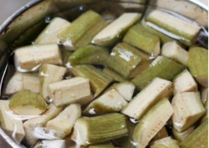 Bước 1 Sơ chế nguyên liệu Ếch xào chuối xanh