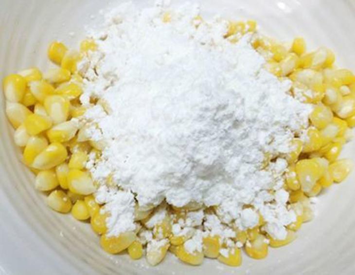 Bước 3 Trộn ngô với trứng và bột Ngô chiên bơ
