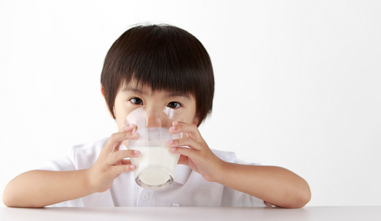 Có nên cho trẻ uống sữa tươi buổi tối? Đây là câu trả lời của chuyên gia