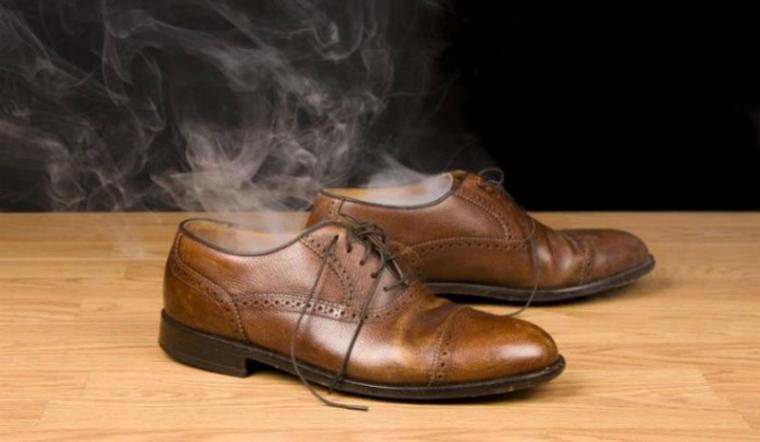 Cách khử mùi hôi giày da mới
