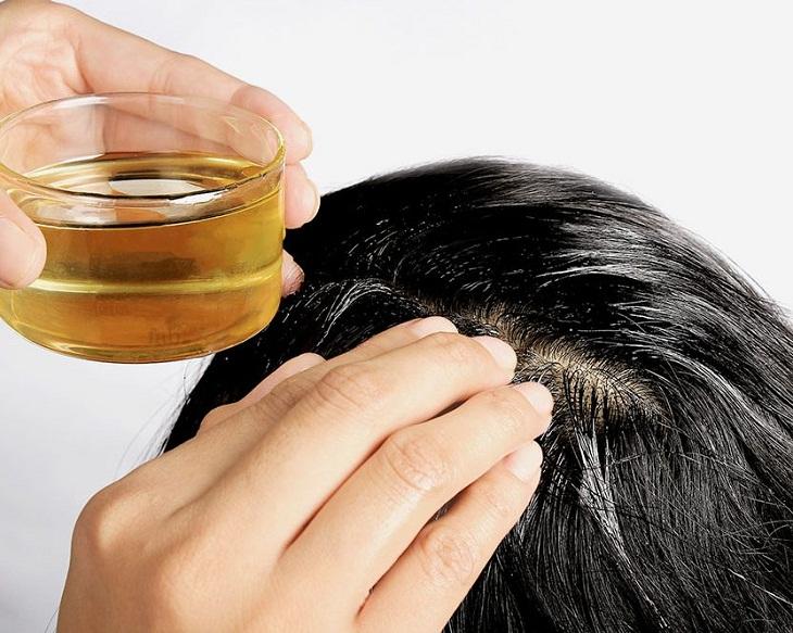 Thoa dầu dừa lên tóc