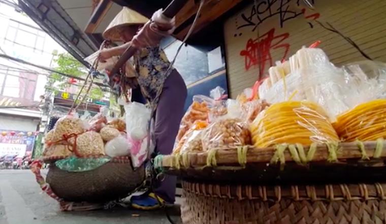 Bim bim giá rẻ được làm từ bột thức ăn chăn nuôi, mang tiềm ẩn nguy cơ ung thư
