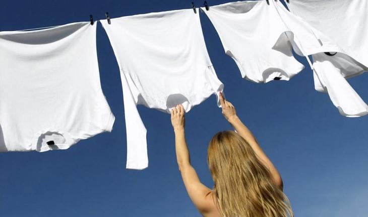 Nên phơi quần áo sau khi giặt để hạn chế tình trạng co, rút sợi vải do máy sấy
