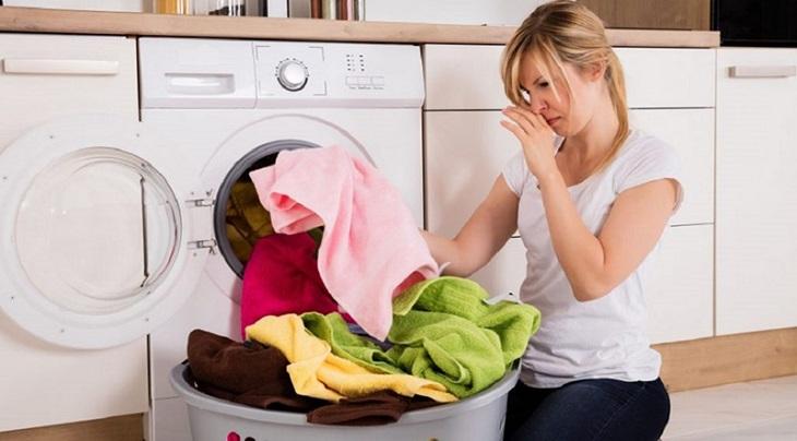 Quần áo bị bốc mùi vì để trong máy giặt quá lâu