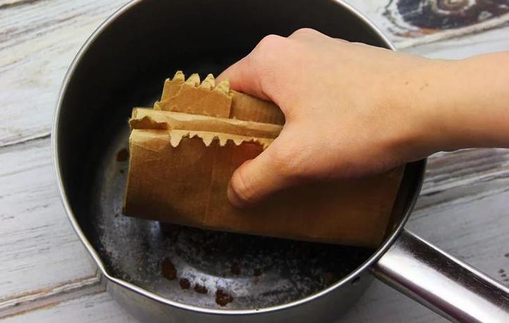 Dùng giấy nâu tẩy muối