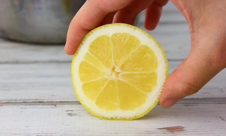 Sử dụng nguyên liệu tự nhiên để chà sạch vết gỉ